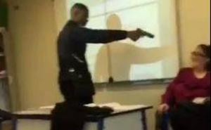 Un alumno encañona con una pistola a una profesora para que le quite una falta de asistencia