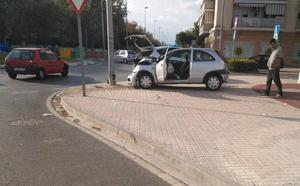 Un conductor ebrio choca contra una farola en Puerto de Sagunto