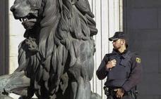 La Policía hace obligatorio el uso de los chalecos sin tener suficientes para los agentes