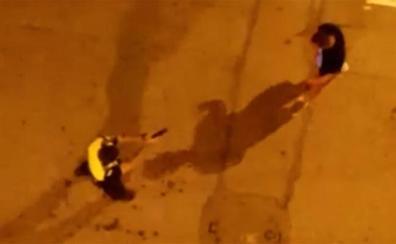 Un policía utiliza una pistola eléctrica para reducir a un hombre violento en Orihuela