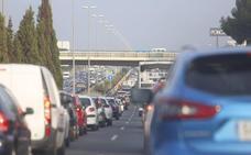 Muere un motorista en Ribarroja en una mañana con hasta 17 kilómetros de atascos