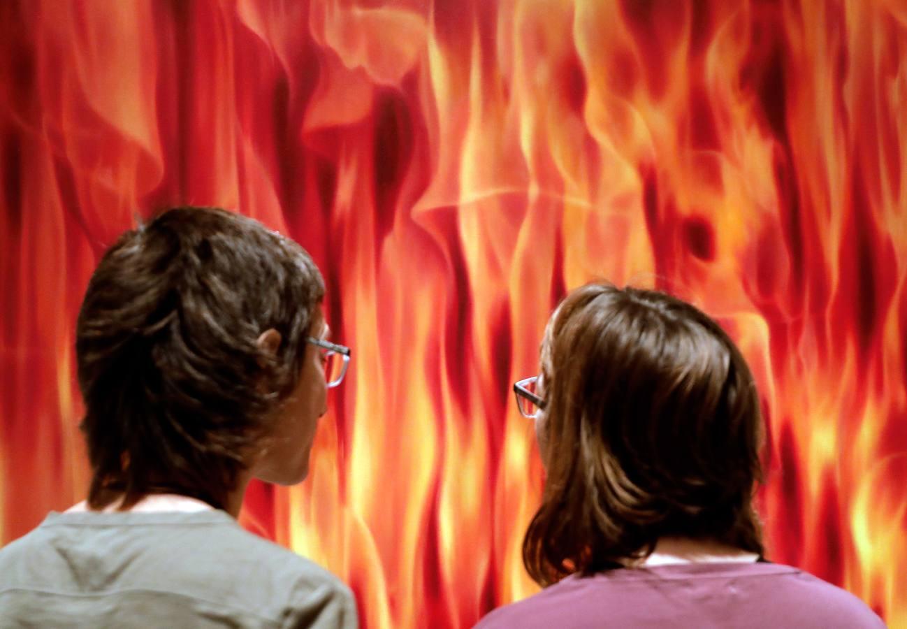Exposición en La Nau 'Moments ago: del infierno al paraíso' del artista Isidre Manils sobre la guerra de Irak