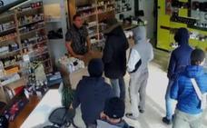 Pide a los atracadores que vuelvan después, le hacen caso y son detenidos por la policía