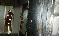 Desalojan 40 viviendas por un incendio en un edificio de Paterna