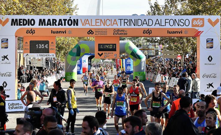 Búscate en la llegada a la meta de la Medio Maratón de Valencia