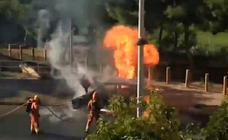 Un coche arde en una calle de Paiporta