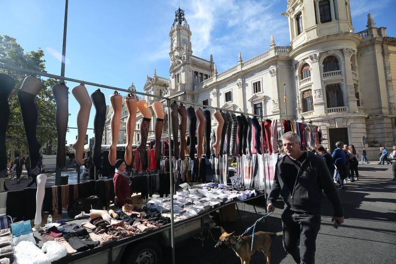Mercadillo en la plaza del Ayuntamiento de Valencia