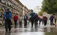 La lluvia no frena la visita a los cementerios valencianos
