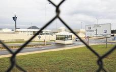 Un preso agrede a tres funcionarios en la cárcel de Albocàsser