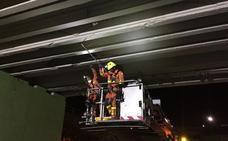 Positivo en drogas del conductor de un tráiler de 40 metros y 35 toneladas tras dañar un puente en Paterna