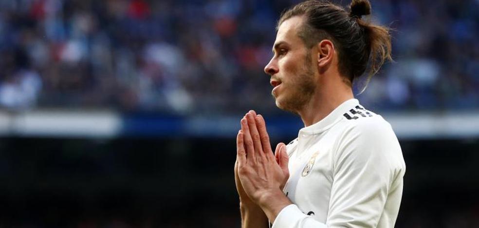 Bale se deja los galones en el césped