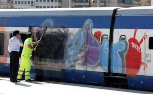 Los grafiteros dañan cada año 300 trenes de Renfe y Metrovalencia