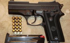 Circula sin carné, ni seguro ni ITV y con una pistola cargada escondida en Alicante