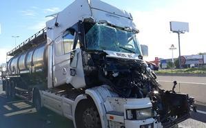Sobrecogedor accidente entre camiones en la salida de Valencia