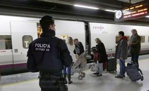 Los Mossos desalojan dos trenes en la estación de Sants de Barcelona por una amenaza de bomba