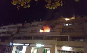 Un herido y cinco pisos desalojados por un incendio en una vivienda en Xàbia