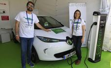 Una empresa ultima un servicio de alquiler de coches eléctricos en la calle en Valencia