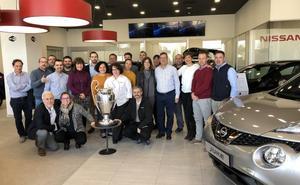 Nissan Montauto exhibe la copa de la Champions League