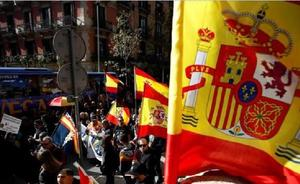 Lanzan a un hombre por las escaleras del metro en Barcelona por llevar una bandera de España