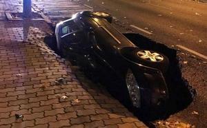 El asfalto se traga un coche en la calle con más tráfico de Zamora