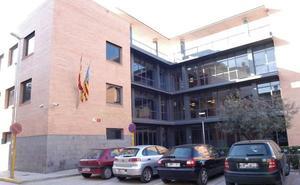 Cae parte del techo de los juzgados de Carlet y golpea a una funcionaria