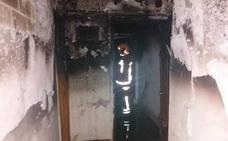 Un incendio calcina una vivienda de Chiva y afecta a tres personas confinadas en la terraza