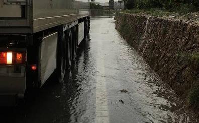 Las lluvias obligan a cortar una decena de carreteras y caminos en la Comunitat