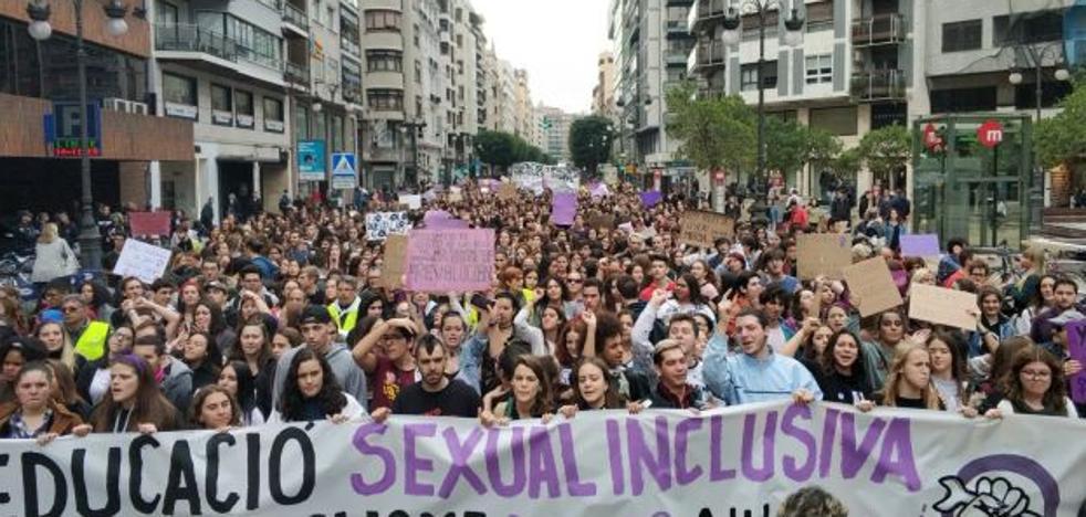 Alumnos piden una asignatura de Educación Sexual y libertad en la vestimenta para ir a clase
