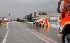 Dos camiones de bomberos, accidentados mientras ayudaban en el dispositivo de seguridad por la alerta de lluvias en Valencia