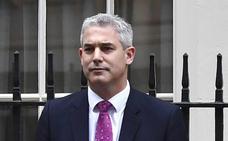 El motín 'brexiter' pincha y May reconstruye su Gabinete