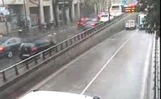 Una autocaravana se queda atascada en el túnel de Guillem de Castro