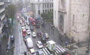 El tráfico, colapsado en Valencia por la autocaravana atrapada en Guillem de Castro y la lluvia