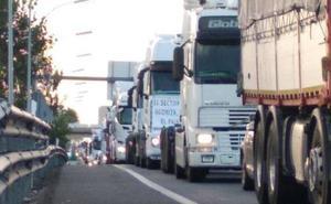 Los camioneros valencianos vuelven a manifestarse con una marcha lenta