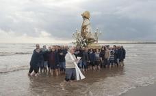 La Virgen de los Desamparados entra en la playa de Las Arenas