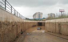 Dos guardias civiles rescatan a un conductor que estaba con el agua al cuello en un túnel en Alboraya