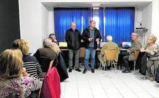 Las personas mayores participan en un curso de informática