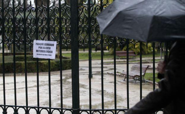 Valencia cierra sus parques y jardines vallados ante la alerta por lluvias