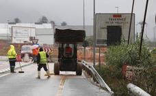 El tramo de Cullera a Tavernes de la CV-605 sigue cortado por las lluvias