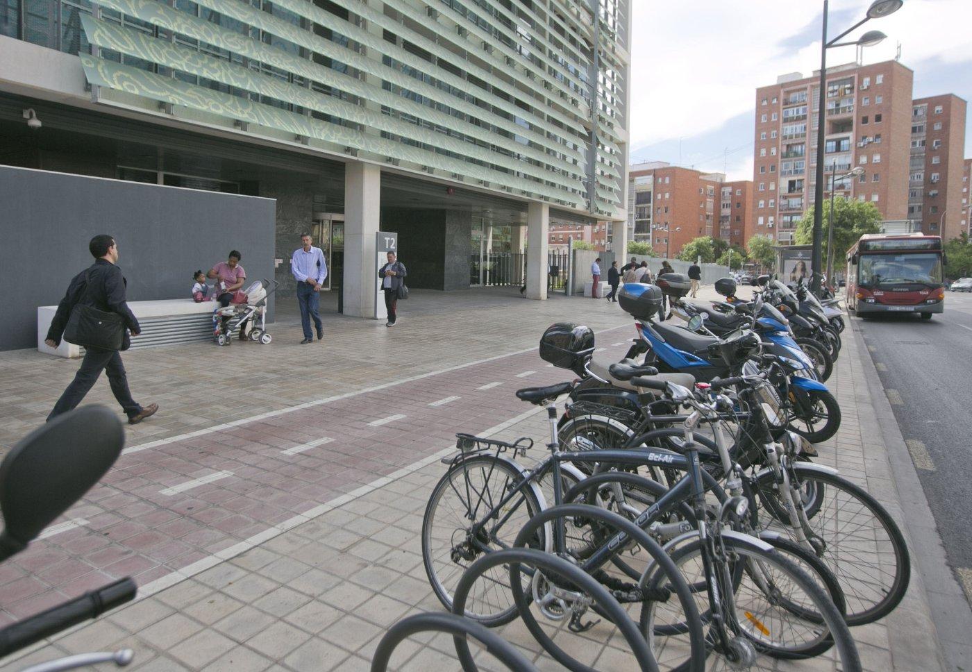 El Consell quiere que aparcar deje de ser gratis para los funcionarios del 9 d'Octubre