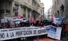Un centenar de trabajadores se manifiestan contra la privatización de Egevasa