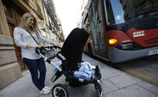 Igualdad pide adaptar asientos y barras de sujeción a las «características» de la mujer
