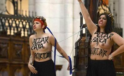 Absueltas dos Femen que se encadenaron en la catedral de la Almudena contra la ley del aborto