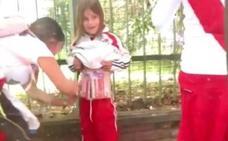 Detienen a una mujer que adhirió bengalas a una niña para meterlas al River-Boca