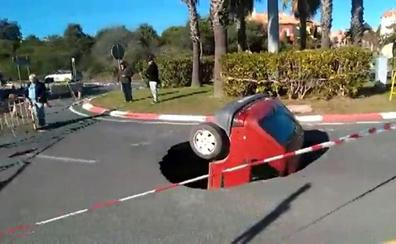 Así ha quedado un coche tras caer en un socavón de dos metros