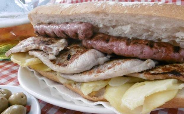 Bocadillo con carne y embutido asado a la brasa, toque distintivo del establecimiento.