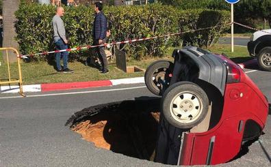 Un socavón se traga un coche y a su conductor