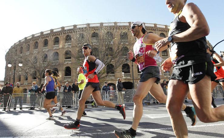 Los corredores en las calles de Valencia