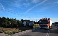 Los bomberos excarcelan a una conductora que había quedado atrapada al salirse su coche en Pego