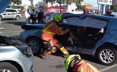 Un conductor, atrapado en su coche tras un accidente en un aparcamiento de Alfafar