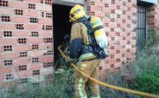 Los bomberos apagan un fuego en un chalet abandonado en El Verger